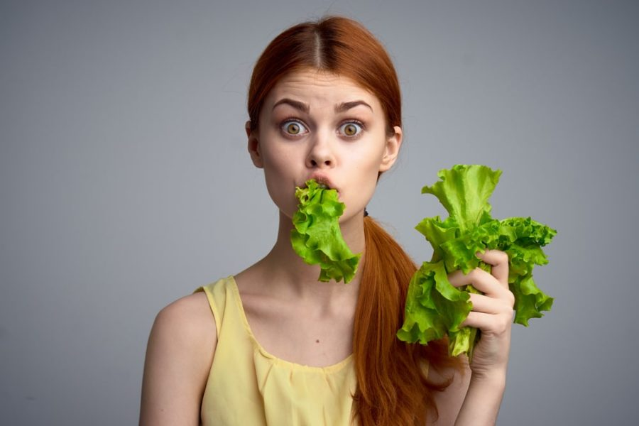 Девушка с листьями салата