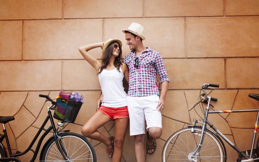 Парень и девушка с велосипедами