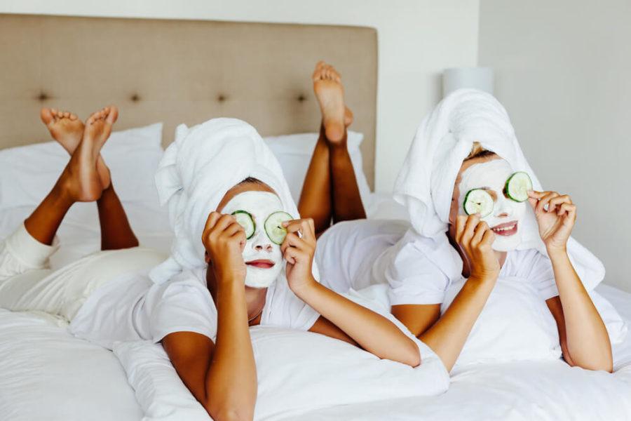 Девушки делаю маску для лица