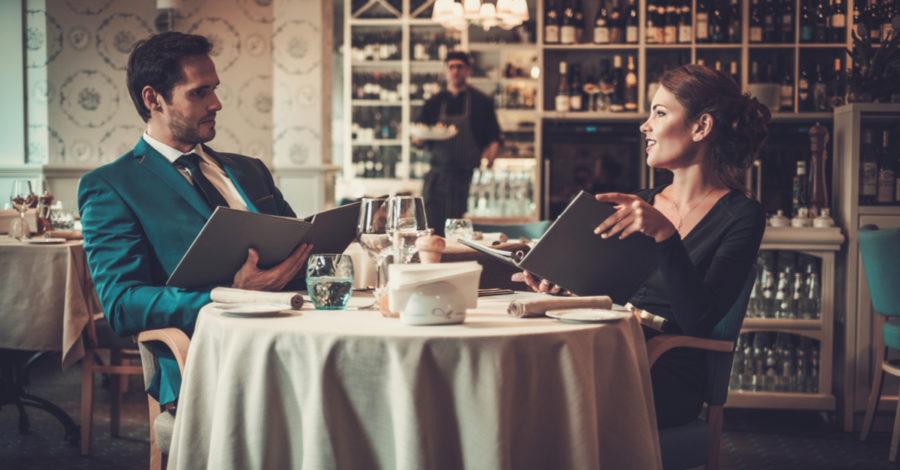 Девушка с парнем в ресторане