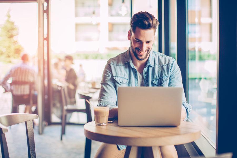 Парень с ноутбуком в кафе