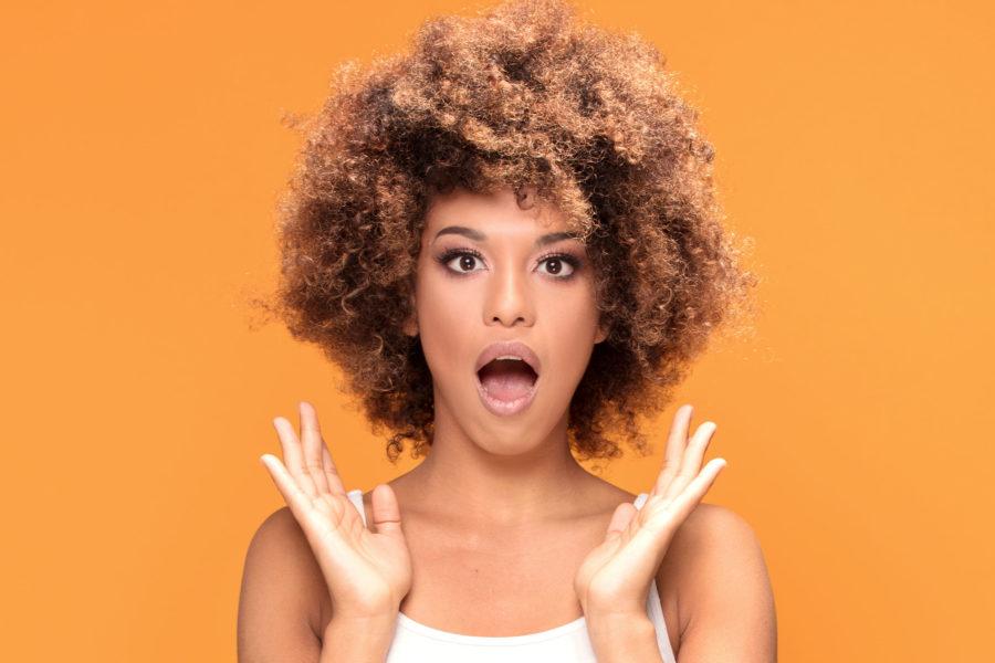 Девушка африканка удивляется