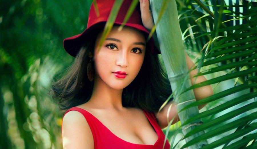 Азиатка в красной шапочке