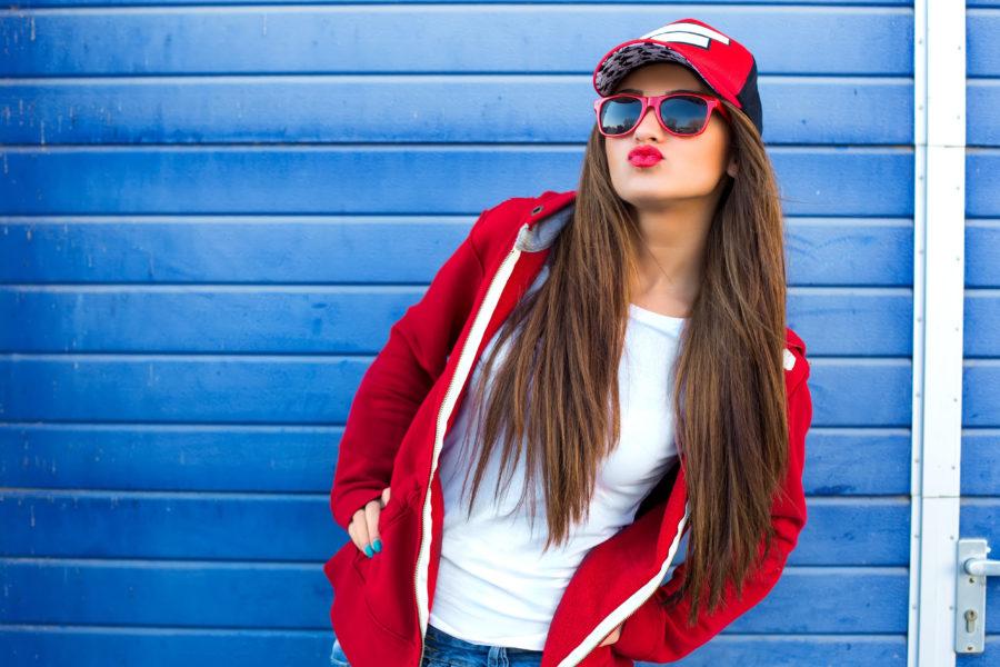 Девушка в красной бейсболке
