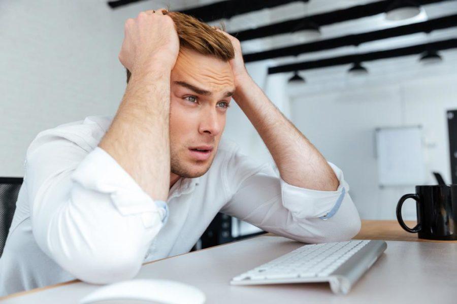Парень в стрессе за столом