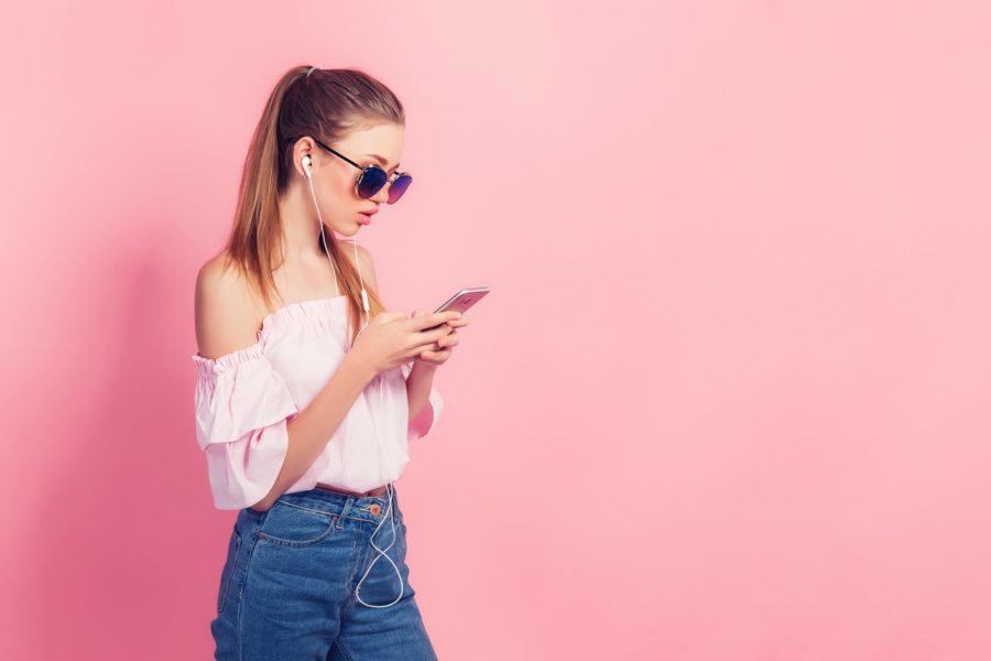 Девушка с телефоном в наушниках