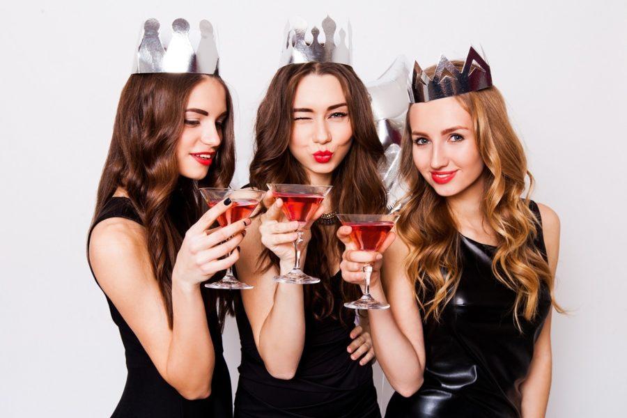 Девушка с подругами и коктейлями