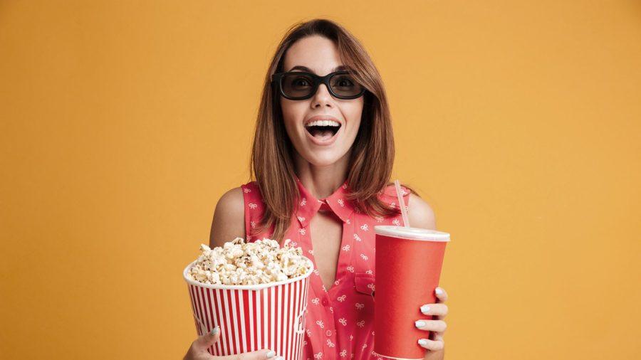 Девушка с напитком и попкорном