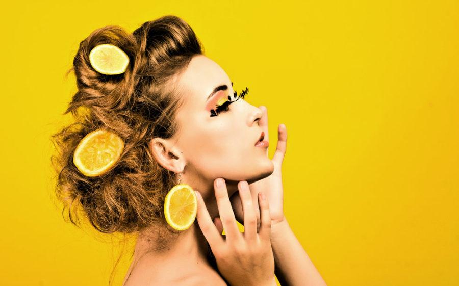 Девушка с лимонами в руках