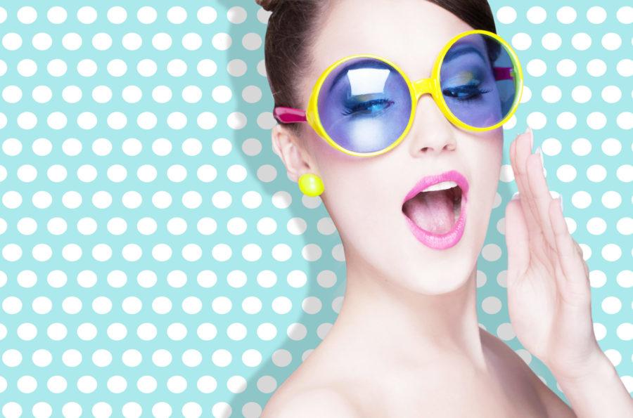 Девушка в голубых очках