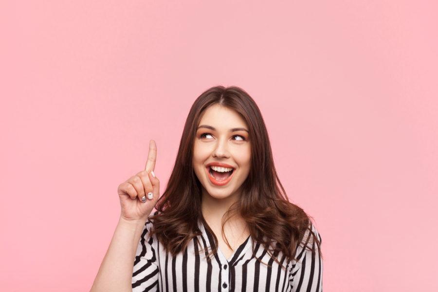 Девушка улыбается в полосатой рубашке