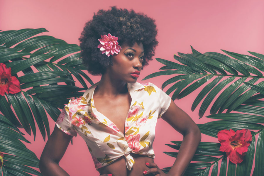 Африканка с цветком в волосах