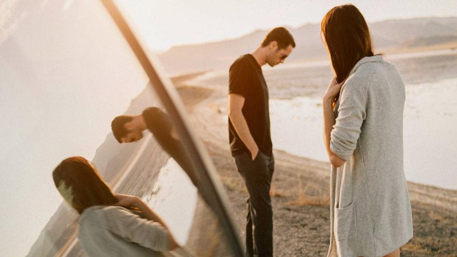 Парень и девушка стоят у реки
