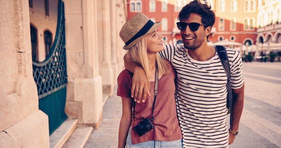 Девушка с парнем на прогулке