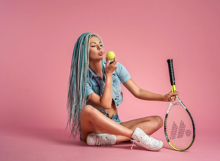 Девушка с ракеткой для тенниса