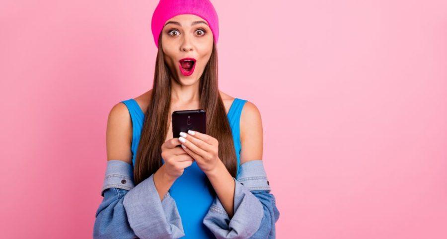 Девушка с телефоном в руках