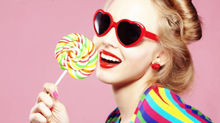 Девушка с конфетой