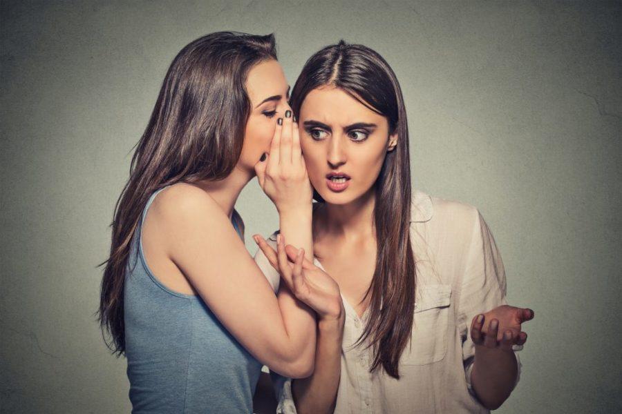 Девушка сплетничает с подругой