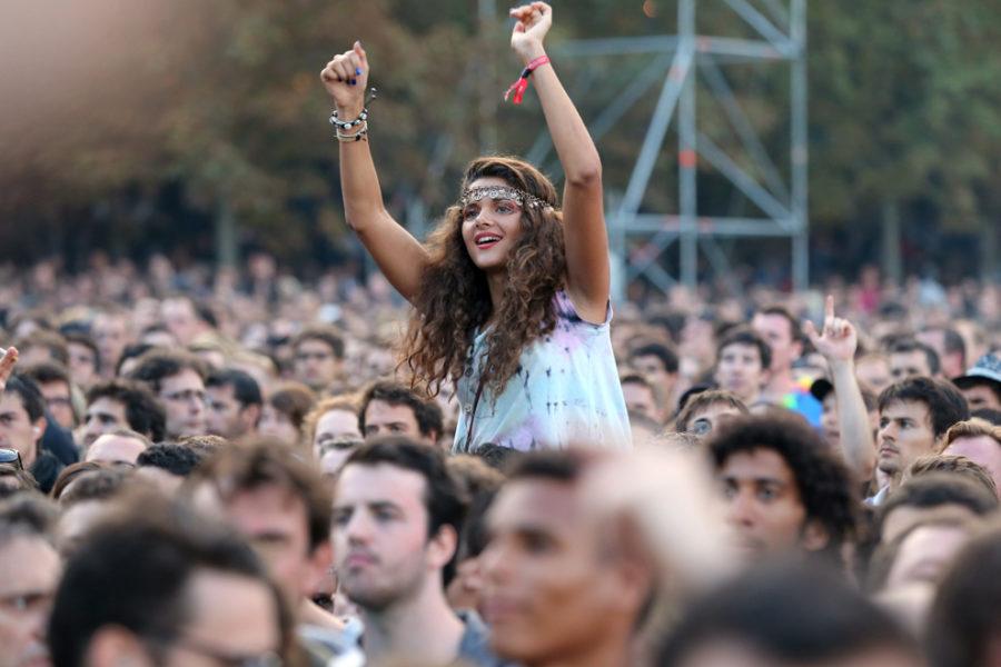 Девушка на концерте