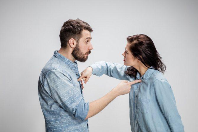 Парень с девушкой выясняют отношения