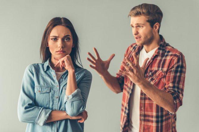Девушка с парнем выясняют отношения