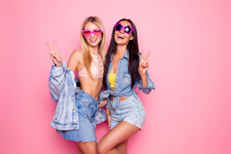 две веселые девушки