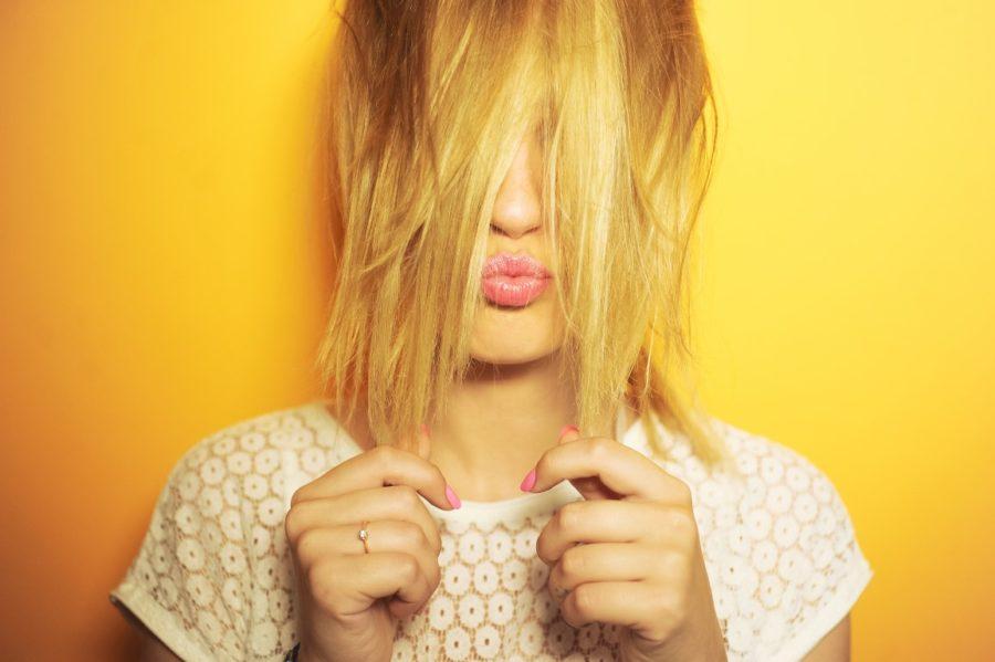девушка с волосами на лице