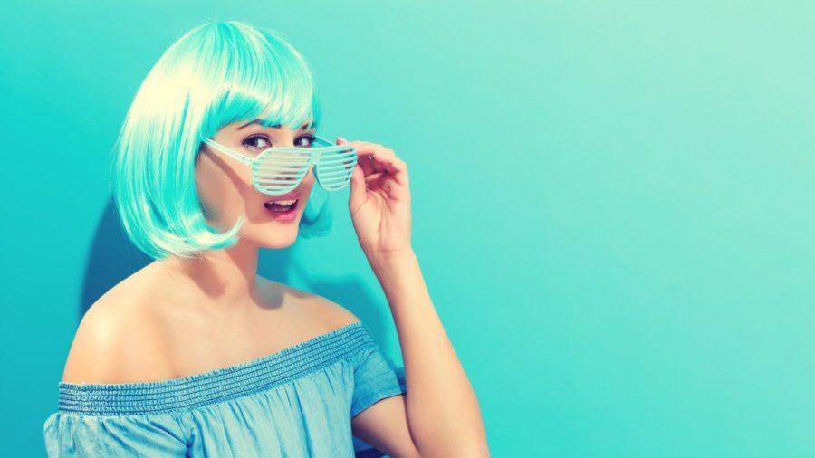 девушка в парике и очках