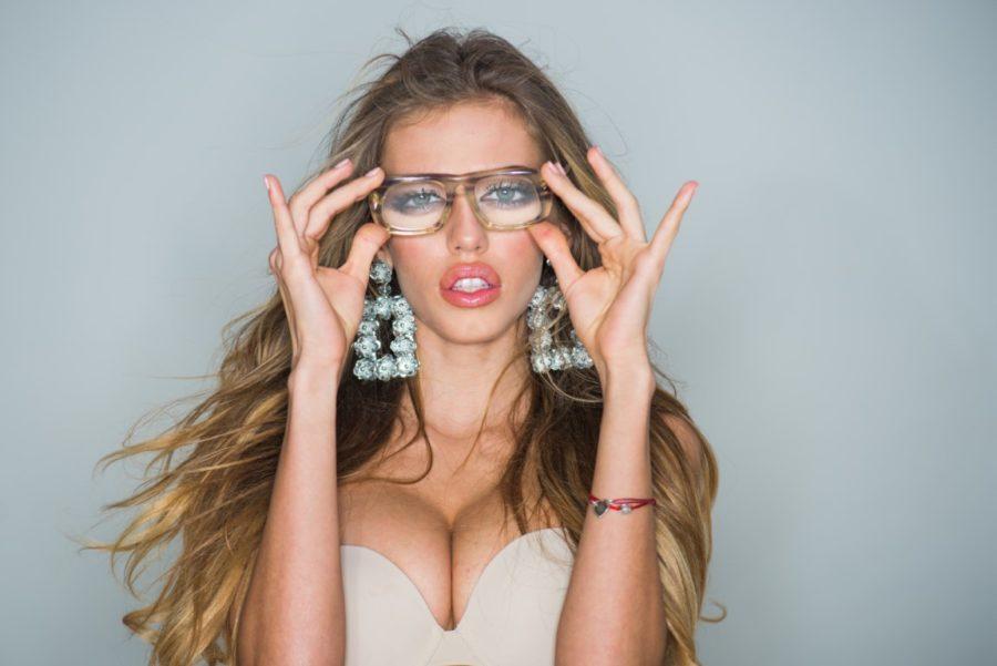 стильная девушка в очках и сережках