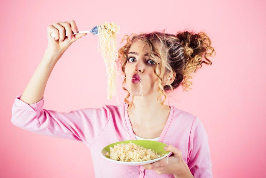девушка ест лапшу