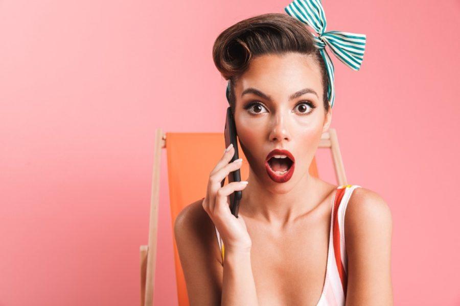 Девушка с телефоном удивляется