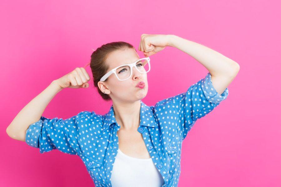 девушка показывает мускулы