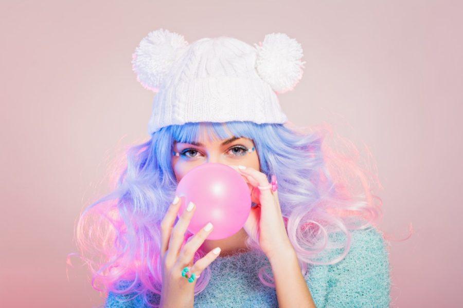 девушка надувает пузырь