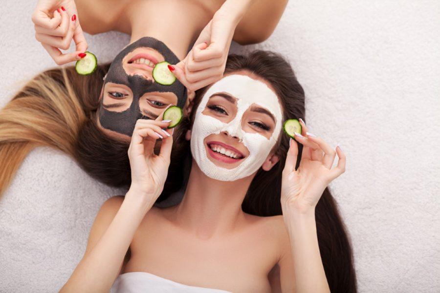 девушки в масках для лица