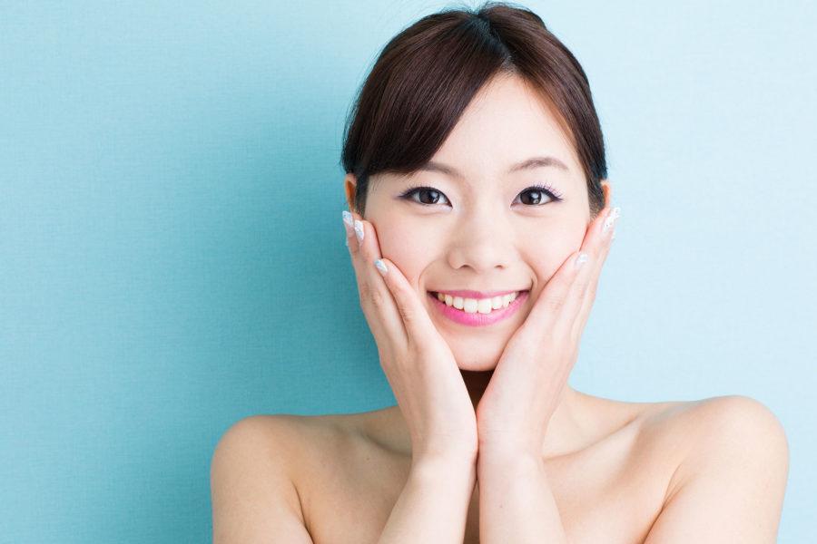 азиатка улыбается