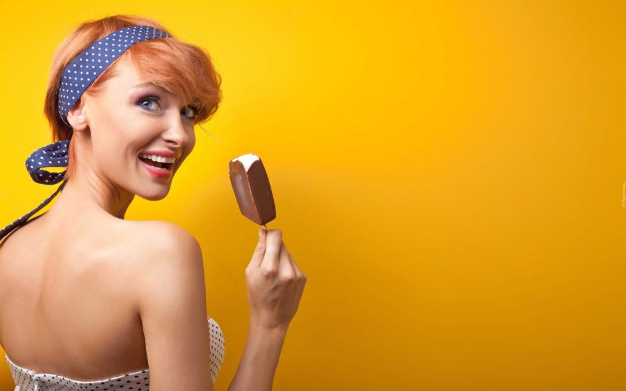 Девушка с мороженым