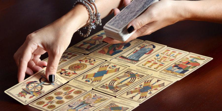 девушка с картами таро