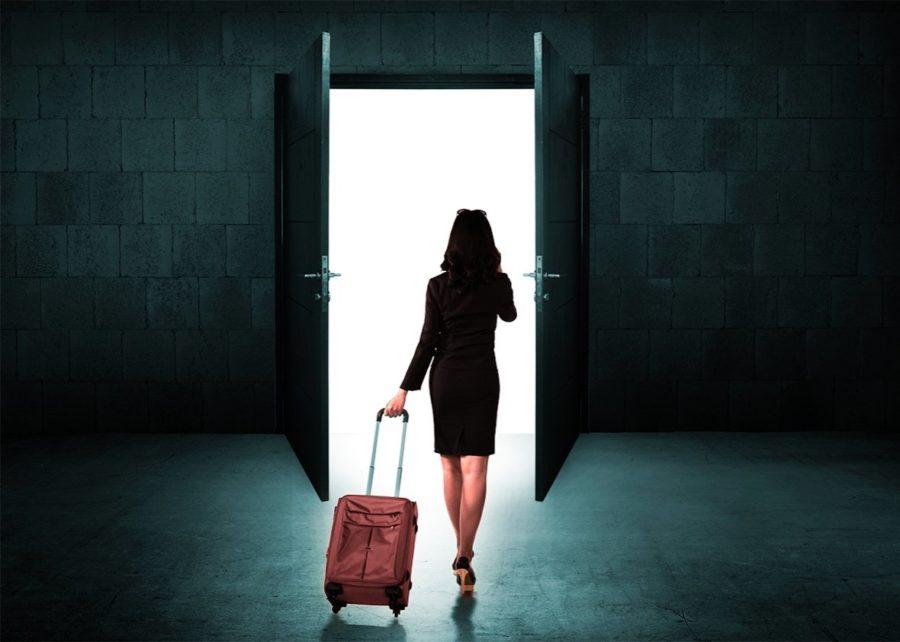 Девушка с чемоданом уходит