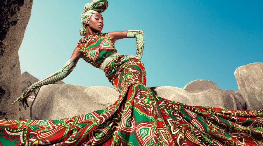 Африканка в ярком платье
