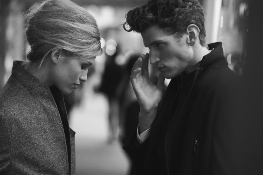Девушка разговаривает с парнем