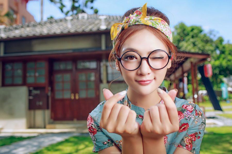 Девушка азиатка в очках