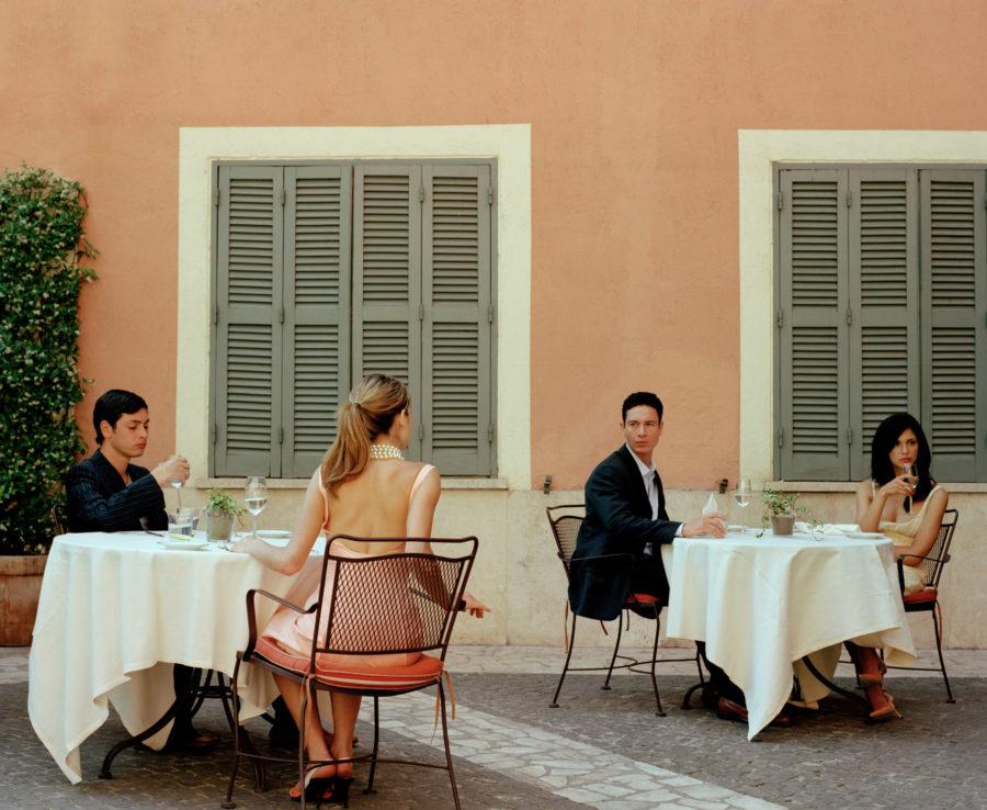 Девушка смотрит на парня за другим столом