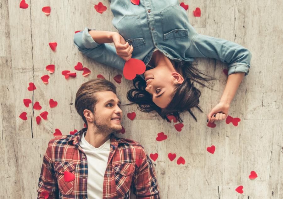 парень и девушка в лепестках роз