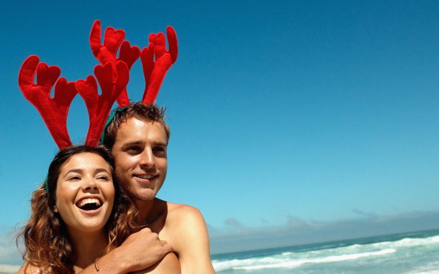 парень и девушка в новогодних рожках