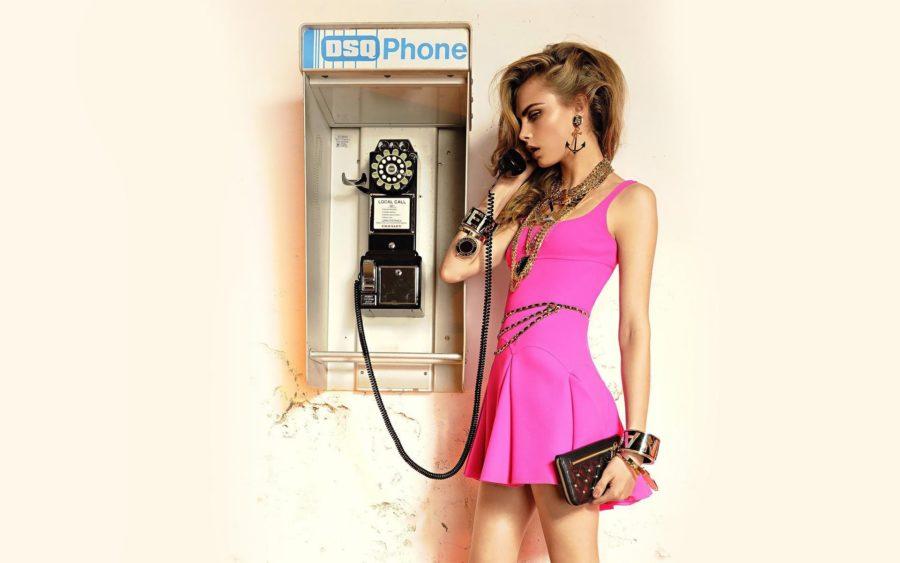 девушка в розовом платье и телефоном