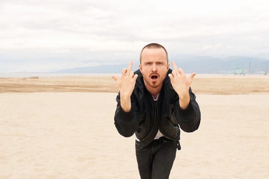 парень показывает средний палец