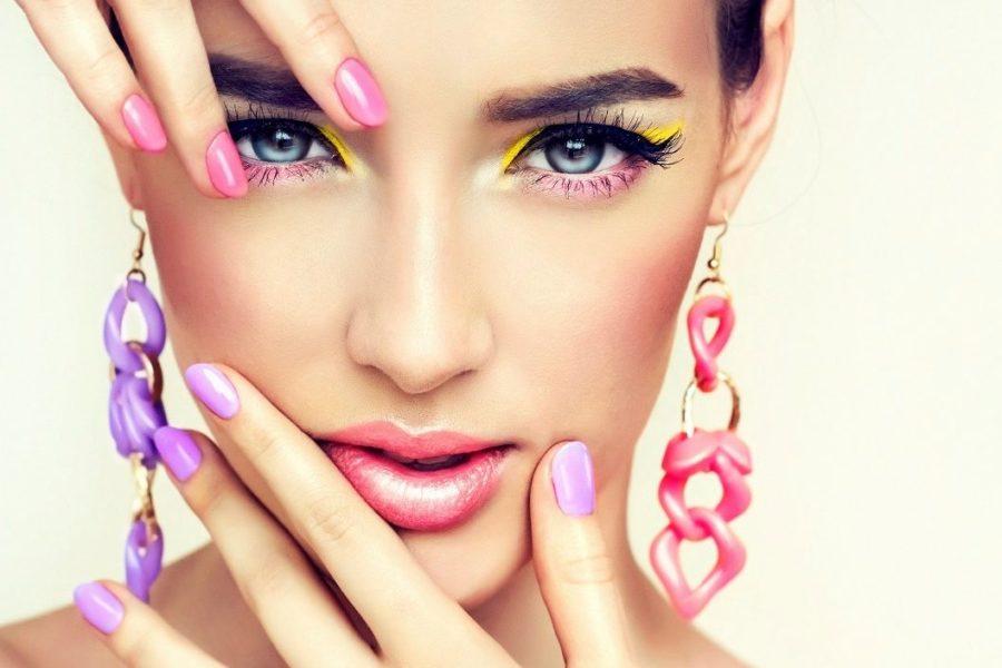 девушка с разноцветным лаком