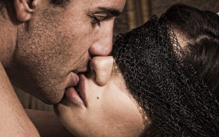 пара целуется 2