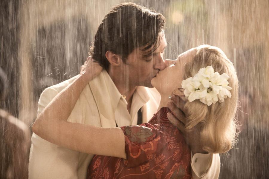 пара целуется под дождем