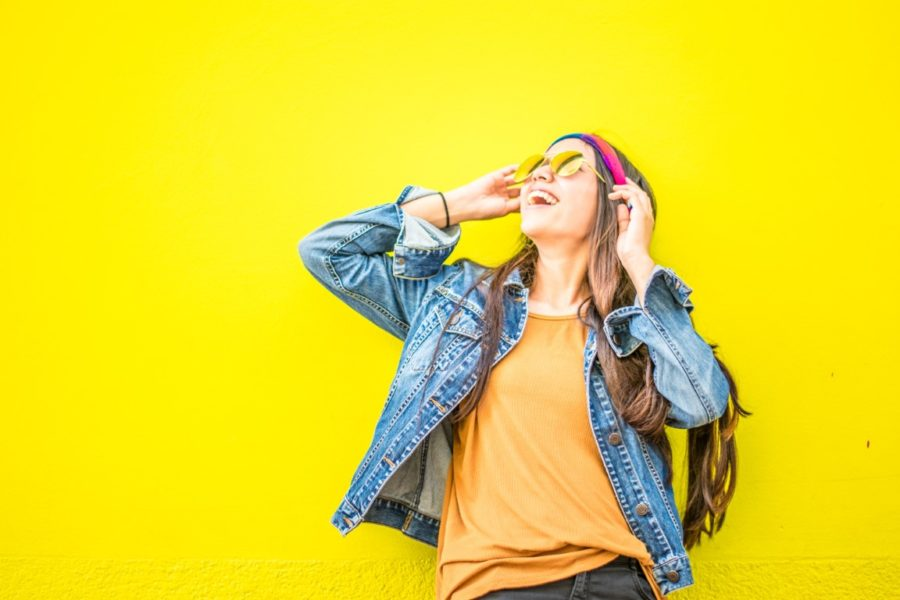 девушка на желтом фоне